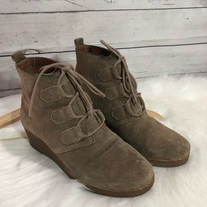 Lucky Brand Ankle boot wedge tan lace up cute 7